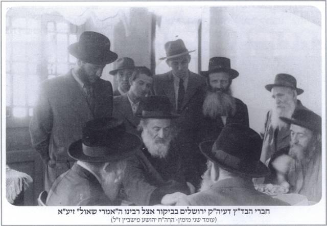 האדמור רבי ישראל דן בבחרותו עומד לימינו של סבו האדמור רבי שאול ידידיה אלעזר זצל