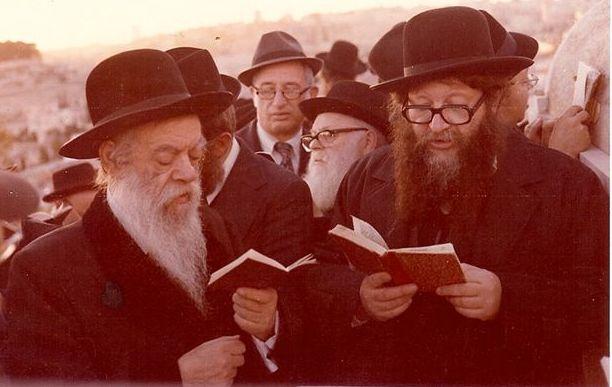 """במחיצת אביו האדמו""""ר רבי שמואל אליהו זצ""""ל"""
